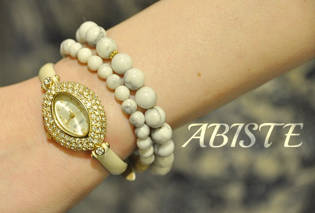 ブレスレットや時計の重ねづけ。バングル腕輪は盛るのが流行。